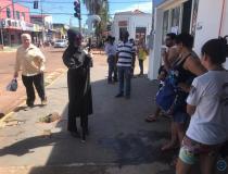 Vestida de morte, atriz tenta conscientizar moradores de Coxim em filas do comércio