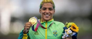 Ana Marcela supera frustrações e é ouro na maratona aquática