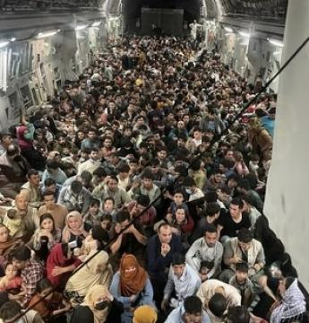 Foto mostra mais de 600 afegãos fugindo em avião militar dos EUA