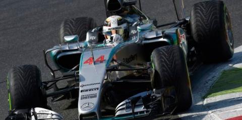 Hamilton vence em casa e fica a dois pontos da liderança