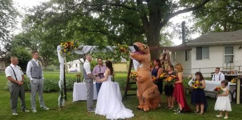 Madrinha aparece no casamento da irmã fantasiada de tiranossauro nos EUA