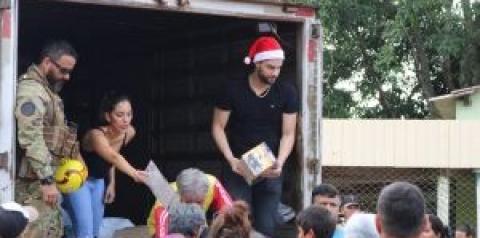Munhoz, da dupla com Mariano, presenteia crianças de Campo Grande