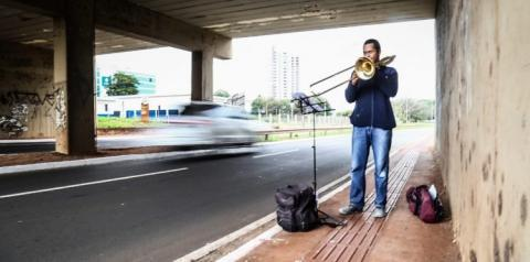 Pedreiro e estudante de música, Raphael toca trombone embaixo de viaduto em horário de pico