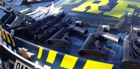Motorista é preso com fuzis e pistolas escondidos em compartimento oculto em Jeep
