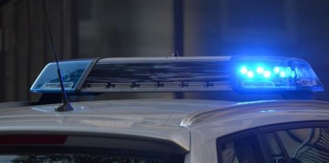 Ladrão rouba carro com menino dentro, volta para devolver a criança e repreende a mãe