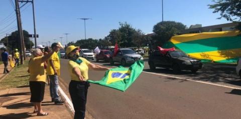 Carreatas pró e contra Bolsonaro reúnem quase mil veículos nas ruas da Capital na manhã deste sábado