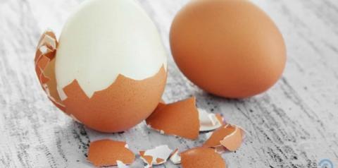 Aprenda a descascar um ovo cozido em somente 10 segundos
