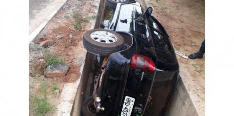 Carro é encontrado abandonado dentro de vala em avenida de Coxim