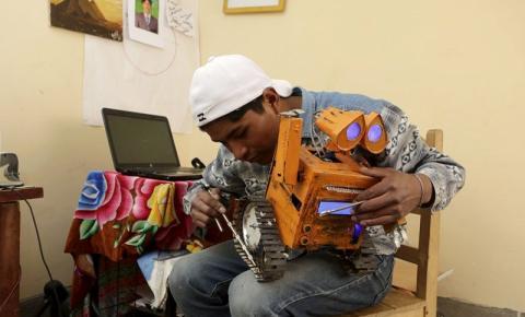 Boliviano constrói réplica do robô Wall-E