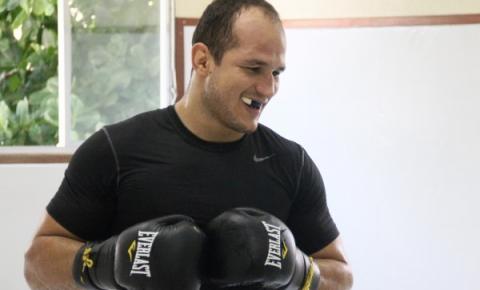 'Cigano' promete nocautear Werdum em revanche e desafia campeão mundial de boxe