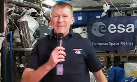 Astronauta britânico pede desculpas por 'trote' do espaço