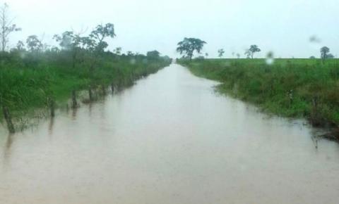 Chuva alaga estradas e deixa 100 famílias isoladas no Estado