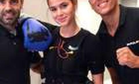 Bruna Marquezine treina boxe com estimulação muscular