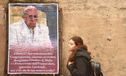 Os motivos por trás da campanha contra o papa Francisco nas ruas de Roma