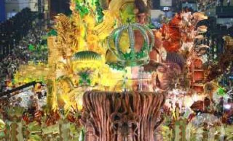 Com alguns sustos e desfile bem colorido, Império Serrano cantou Pantanal na avenida