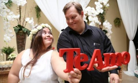 Selado em aliança, namoro de casal down revela um amor genuíno e sem preconceito