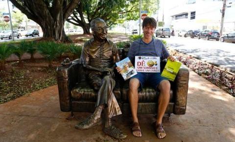 Na estátua de Manoel de Barros, paulistano troca livros por sorrisos