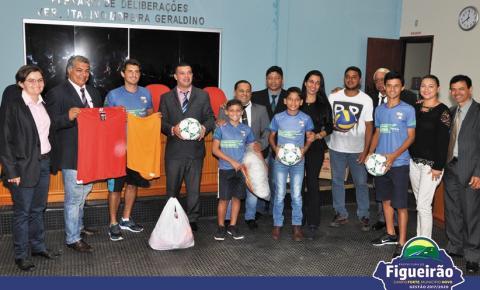Vereador Tiago Pernambuco entrega kit de material esportivo ao Diretor de Esportes da Prefeitura