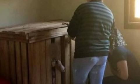 Gêmeos de 3 anos são encontradas presas em caixotes com cadeado