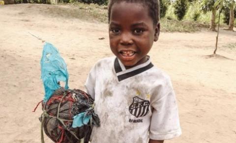 Santos doa R$ 38 mil a ONG, comunidade e garoto de Moçambique que viralizou na web