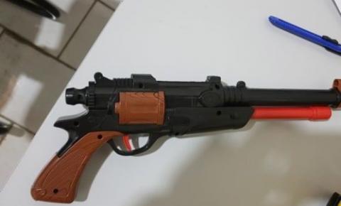 Denúncia de apologia ao crime e porte de arma de fogo leva Polícia de Alcinópolis a bar da cidade