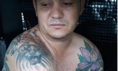 Suspeito de assaltar banco no interior é preso ameaçando a família com facas
