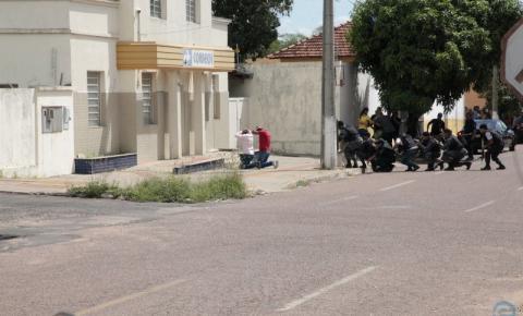 Após duas horas, assaltantes dos Correios se entregam à polícia de Coxim