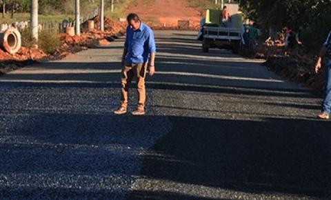 Prefeito Dalmy (DEM) acompanha obras de pavimentação no