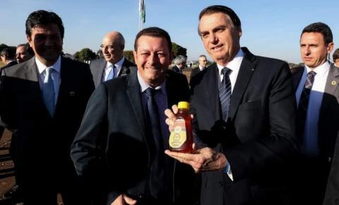 Prefeito Dalmy Crisóstomo presenteia Jair Bolsonaro e apresenta Alcinópolis ao presidente Encontro foi realizado na tarde desta terça-feira, em Brasília