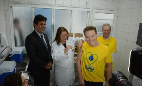 Michel Teló participa de campanha de vacinação contra hepatite na Capital