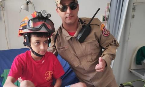 Bombeiros em Coxim realizam visita surpresa à criança internada que sonha em ser bombeiro