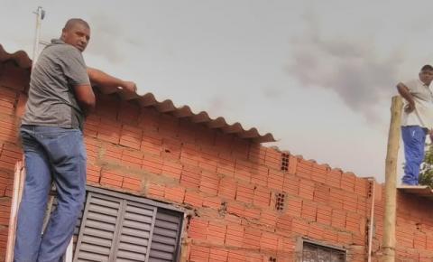 Chuva com ventania provoca queda de árvores e destelhamento de casas em Alcinópolis MS