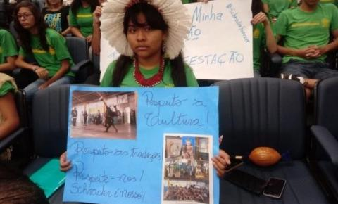 """""""Não fechem minha escola"""": alunos protestam contra novo reordenamento"""