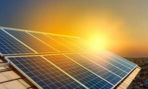 Bolsonaro diz que não haverá taxação de energia solar Aneel discute revisão de subsídio a painéis solares e novas regras para o setor