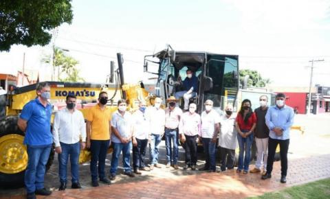 Prefeito Dalmy Crisóstomo entrega motoniveladora e garante investimentos mais de R$4 milhões para infraestrutura de Alcinópolis