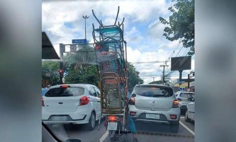 Motociclista é flagrado transportando cadeiras de fio em Bis na Afonso Pena