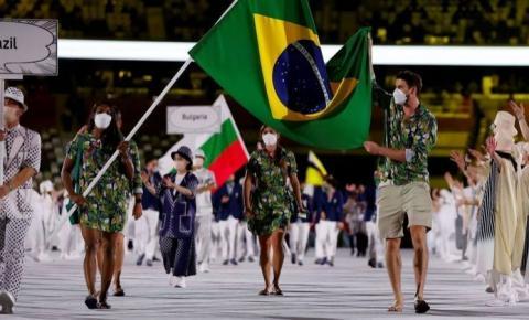 Bruninho e Ketleyn 'levam' 301 atletas do Brasil para a cerimônia