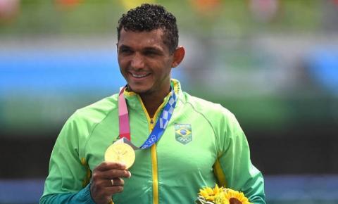 Isaquias Queiroz confirma favoritismo e é ouro na canoagem de velocidade