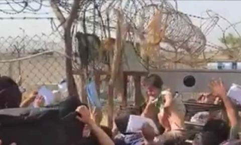 VÍDEO: desespero leva pais a entregam crianças a militares no Afeganistão: 'salvem meu bebê'