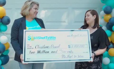 Mulher ganha prêmio de 10 milhões de reais em sorteio que incentiva vacinação nos EUA