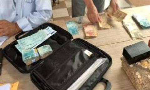 Ação contra ex-prefeito apreende mala de dinheiro