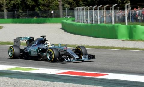 Hamilton larga na frente em Monza