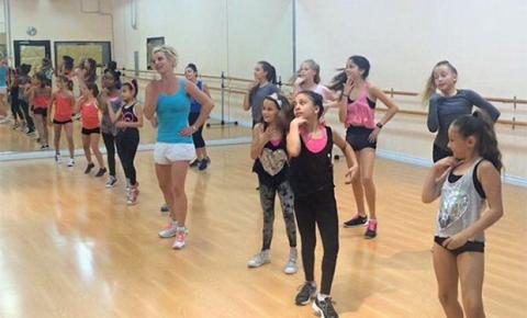 Britney Spears invade aula de dança