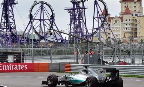 Hamilton aproveita problemas de Rosberg e vence