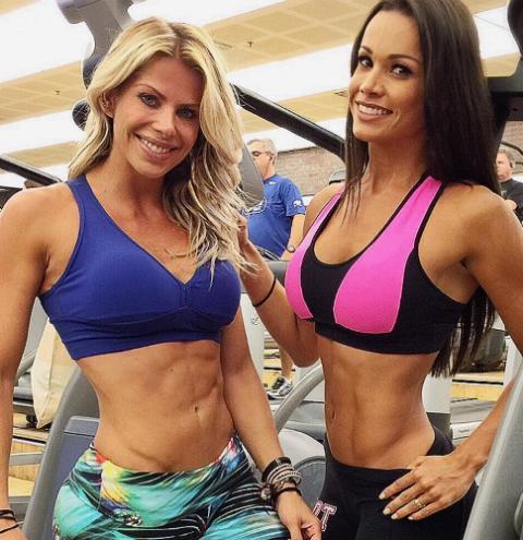Fernanda D'avila e Karina Bacchi exibem barrigas superdefinidas