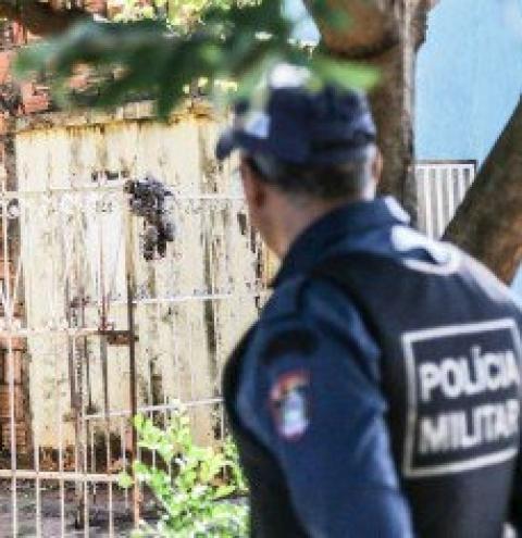 Galinha acaba 'espetada' em portão e briga de vizinhas vira caso de polícia em Campo Grande