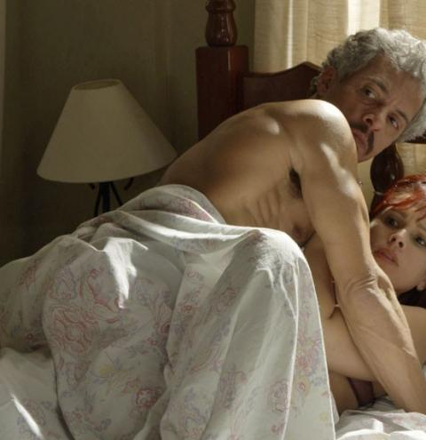 A Regra do Jogo: Domingas pega o marido na cama com outra e acaba humilhada